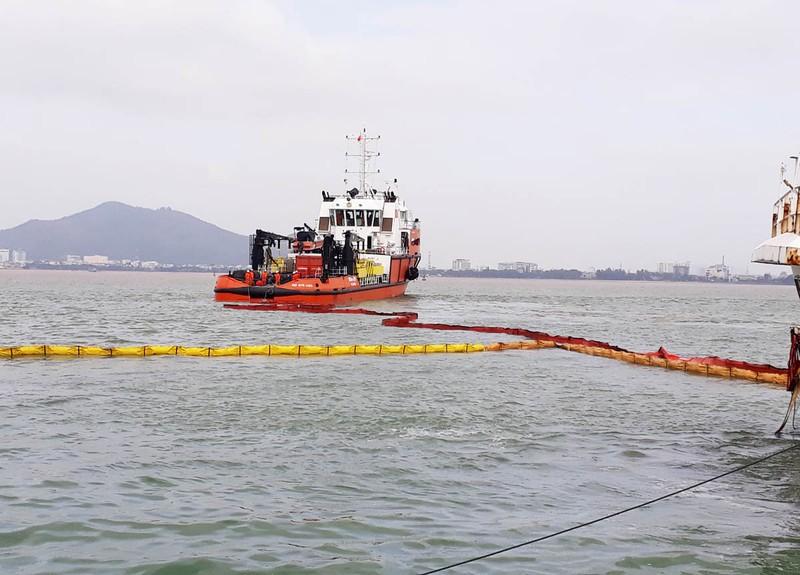 Bắt đầu hút dầu để trục vớt tám tàu chìm ở Quy Nhơn - ảnh 3