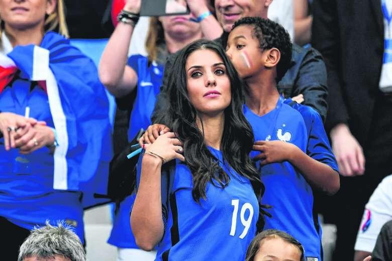 Vợ tuyển thủ Pháp Sagna cũng ngồi ghế giá cao