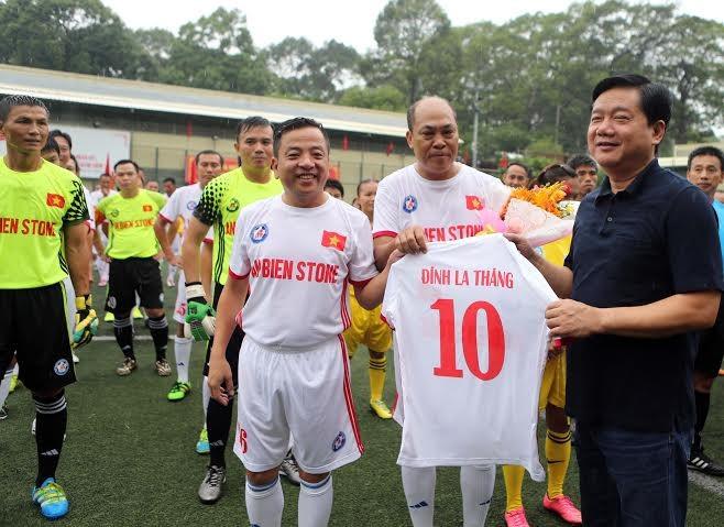 Ông Đinh La Thăng dự khán giải bóng đá từ thiện tại sân Tao Đàn - ảnh 1
