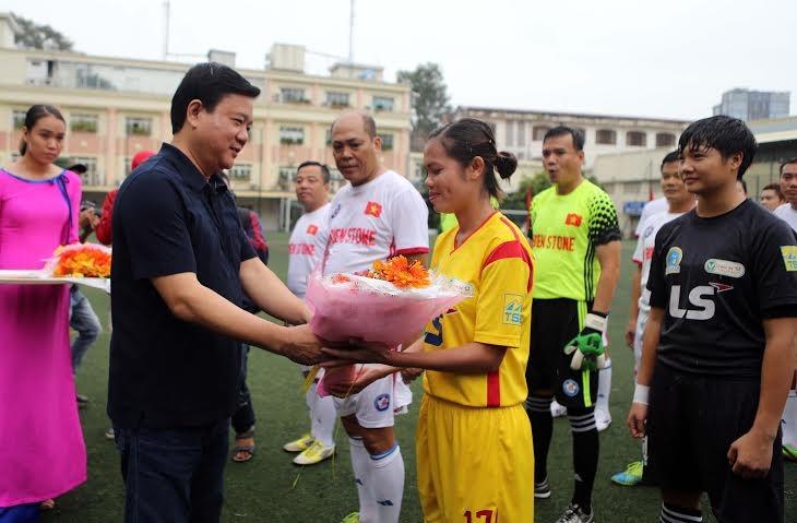 Ông Đinh La Thăng dự khán giải bóng đá từ thiện tại sân Tao Đàn - ảnh 3