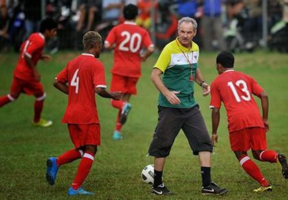 Đi khắp Indonesia tuyển quân cho AFF Cup, HLV Riedl  than khó - ảnh 1