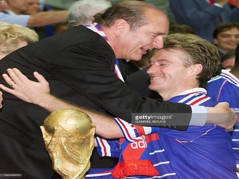 Tổng thống Pháp Chirac chúc mừng đội trưởng Deschamps