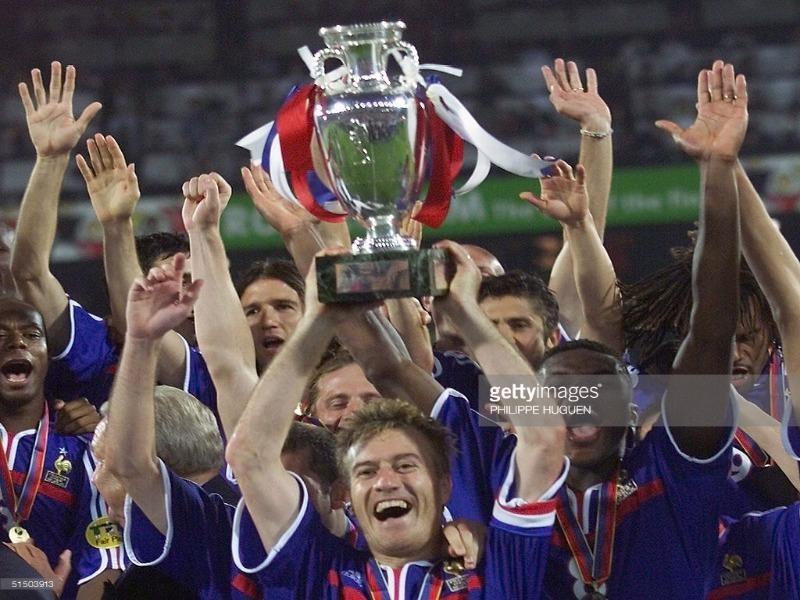 Đội trưởng Deschamps và chiếc cúp vô địch châu Âu 2000