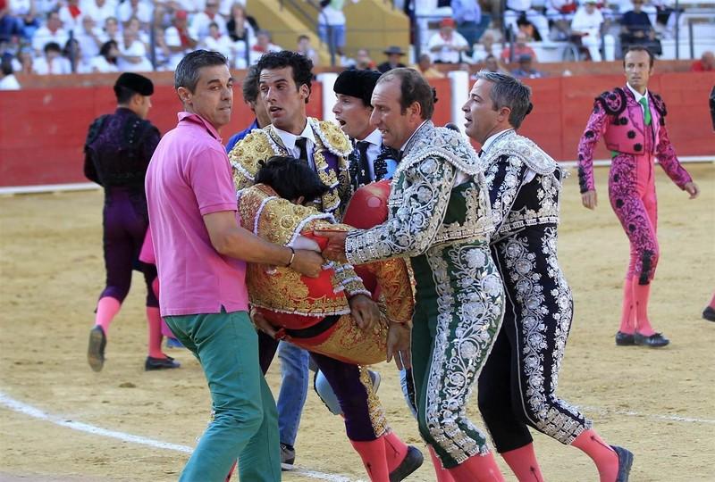 Bàng hoàng chứng kiến cảnh đấu sĩ bị bò tót tấn công đến chết - ảnh 2