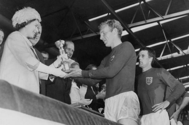 Chiếc áo 'số 10' vĩ đại nhất bóng đá Anh được đấu giá - ảnh 1