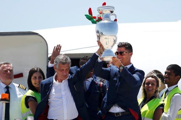 Giúp Bồ Đào Nha vô địch Euro, HLV Santos được thưởng gì? - ảnh 1