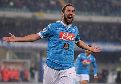 Bỏ Napoli sang Juventus, Higuain biến thành người hùng trong... toilet  - ảnh 1