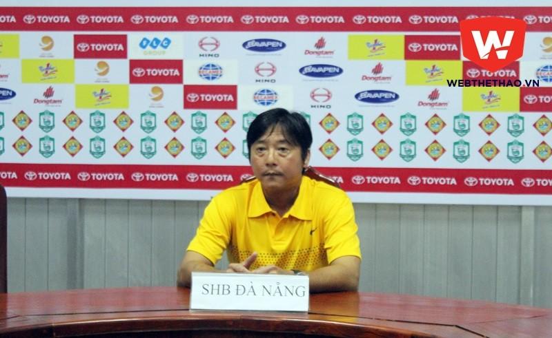 HLV HUỳnh Đức rất bức xúc với cách trọng tài mời trợ lý Trương Văn Lợi rời khu kỹ thuật.