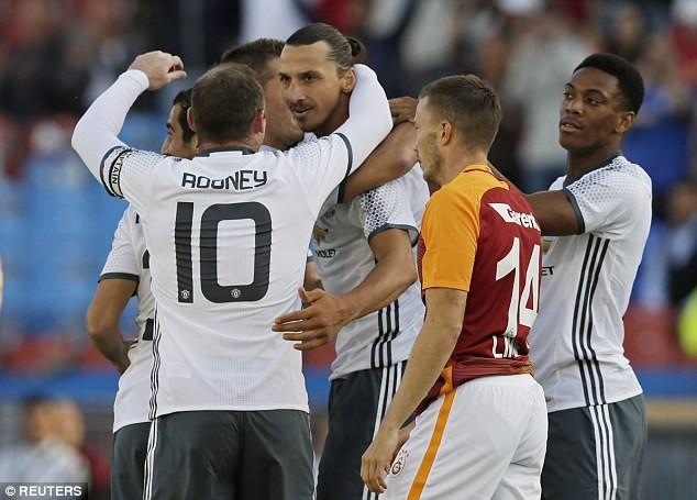 Rooney trong lần chúc mừng đồng đội Ibra