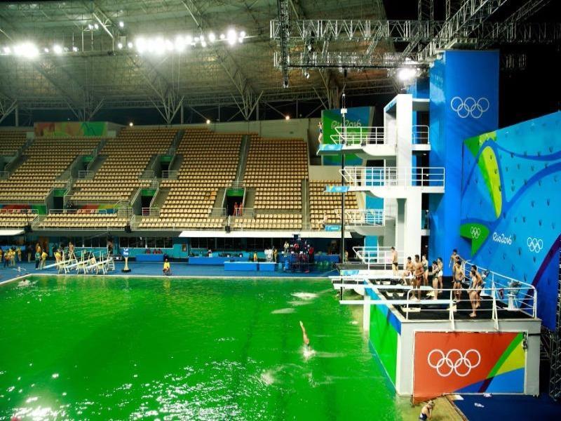 Nước ngả màu xanh lá do độ pH không cân đối