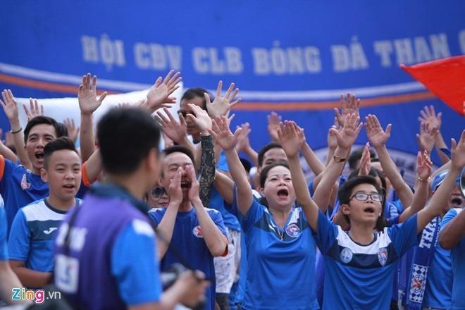 Nhờ lực lượng cổ động viên Than Quảng Ninh làm trận đấu có chút thi vị