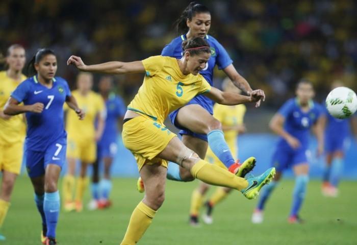 Úc (vàng) đã thua chủ nhà Brazil trong loạt luân lưu cân não