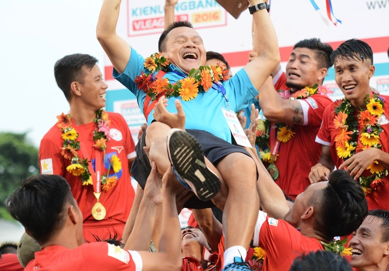 TP.HCM nhận cúp vô địch hạng nhất: Mưa trời, mưa gôn và cúp vàng - ảnh 1