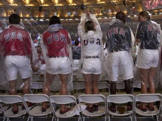 Các VĐV Mỹ đứng lên ghế để có những tấm hình đẹp