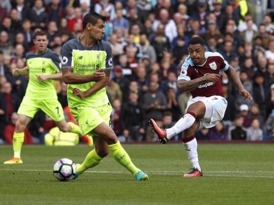 Liverpool (áo màu chanh) trong trận thua Burnley 0-2
