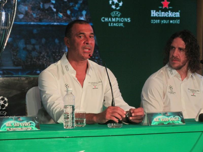 Gullit (trái) và Carles Puyol trong một lần đến TP.HCM
