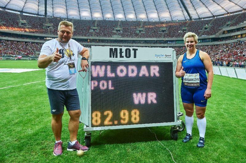 Mới đoạt HCV Olympic, về nhà thi đấu phá kỷ lục thế giới - ảnh 1
