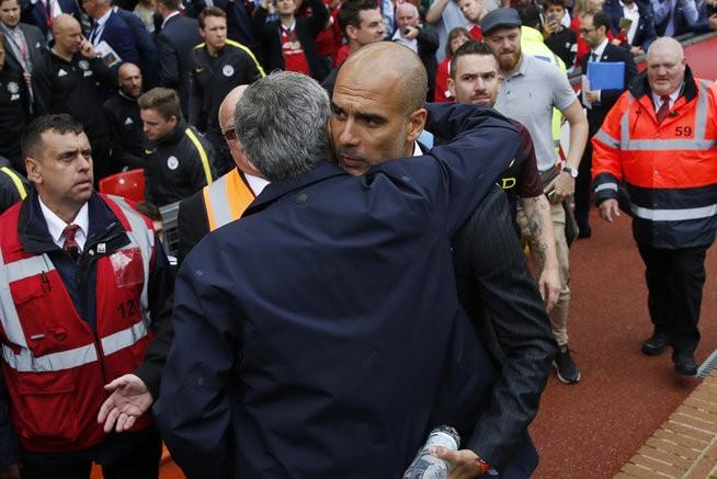 Mourinnho chúc mừng đồng nghiệp Pep Guardiola