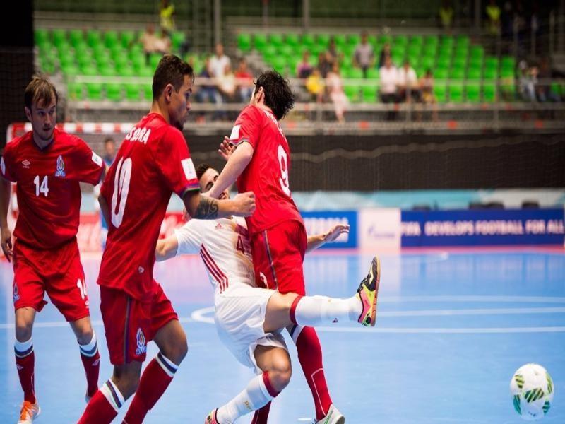 Azerbaijan (đỏ) thua Tây Ban Nha 2-4