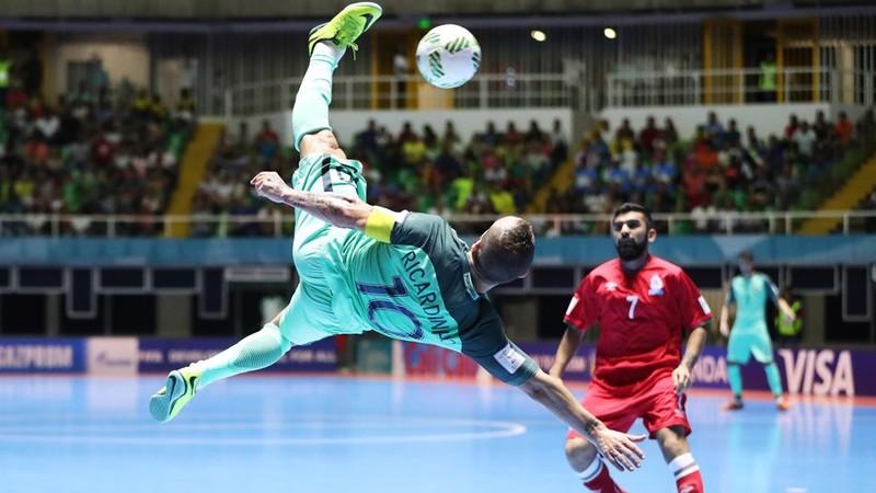 """Cú """"ngả bàn đèn"""" của Ricardinho (Bồ Đào Nha) ghi bàn Azerbaijan"""