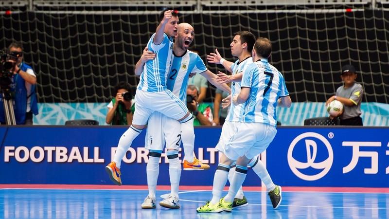 Argentina vào bán kết