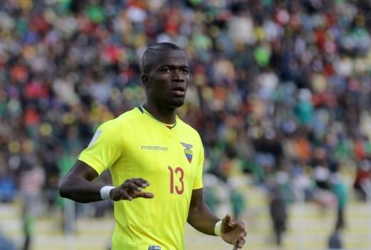 Trả chu cấp cho vợ và con, Valencia được cảnh sát thả ra và ghi bàn