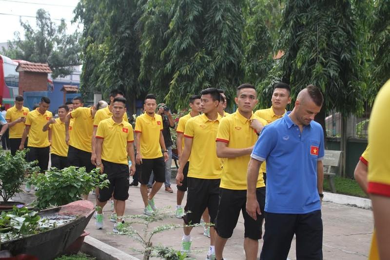 Thầy trò HLV Hữu Thắng chia sẻ cùng trẻ em làng SOS - ảnh 2