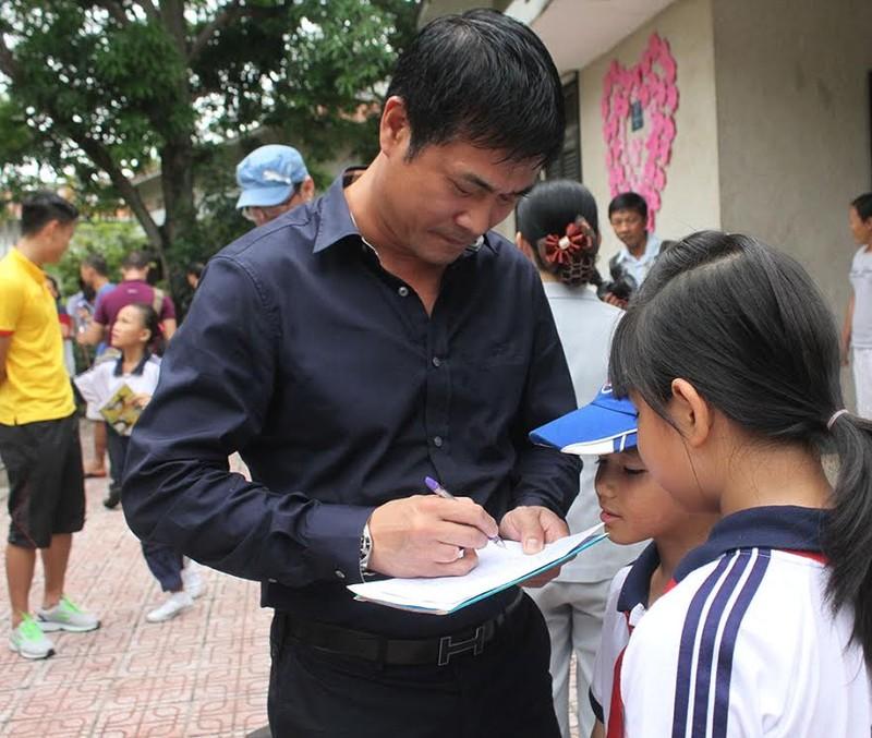 Thầy trò HLV Hữu Thắng chia sẻ cùng trẻ em làng SOS - ảnh 4