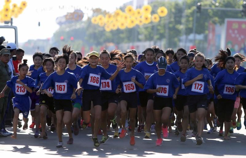 Hàng ngàn người tham gia giải chạy việt dã chào năm mới - ảnh 1