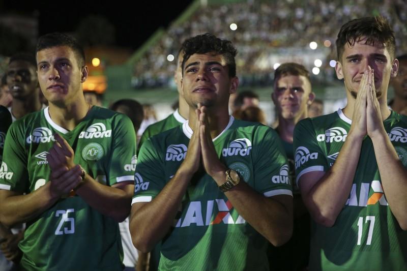 Các cầu thủ Chapecoense Real làm  lễ tưởng niệm các đồng đội xấu số