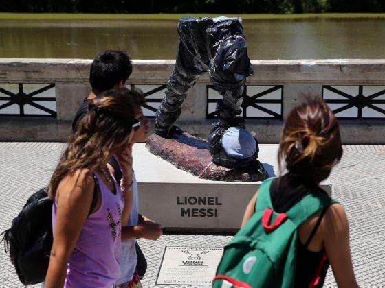 Tượng Messi bị phá hoại, chính quyền Argentina phẫn nộ - ảnh 1