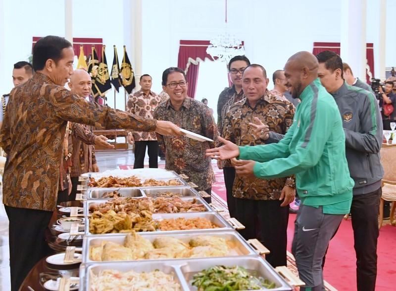 Tổng thống Widodo lệnh mỗi tỉnh 1 sân bóng chuẩn FIFA - ảnh 3