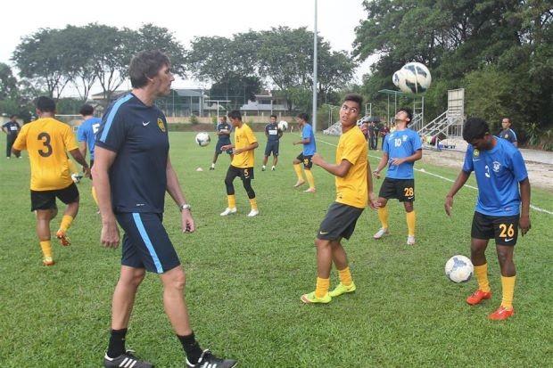 Frank Bernhardt chỉ dẫn 18 cầu thủ sang Việt Nam - ảnh 2