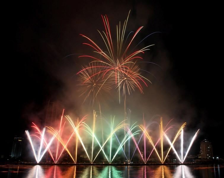 Đà Nẵng bắn pháo hoa trên biển chào năm mới - ảnh 1