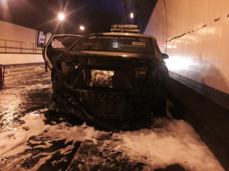 Taxi cháy trong hầm Hải Vân, cứu nạn gặp khó do nhiều xe quay đầu chạy - ảnh 1