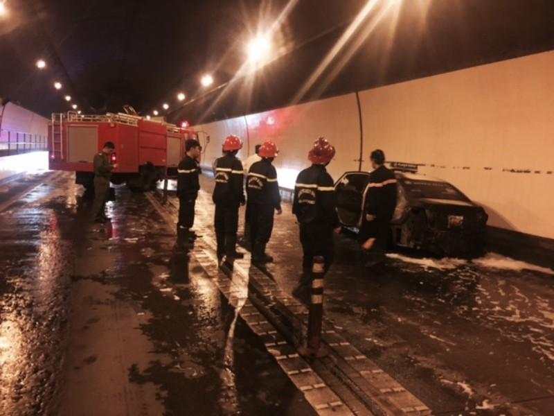 Taxi cháy trong hầm Hải Vân, cứu nạn gặp khó do nhiều xe quay đầu chạy - ảnh 2