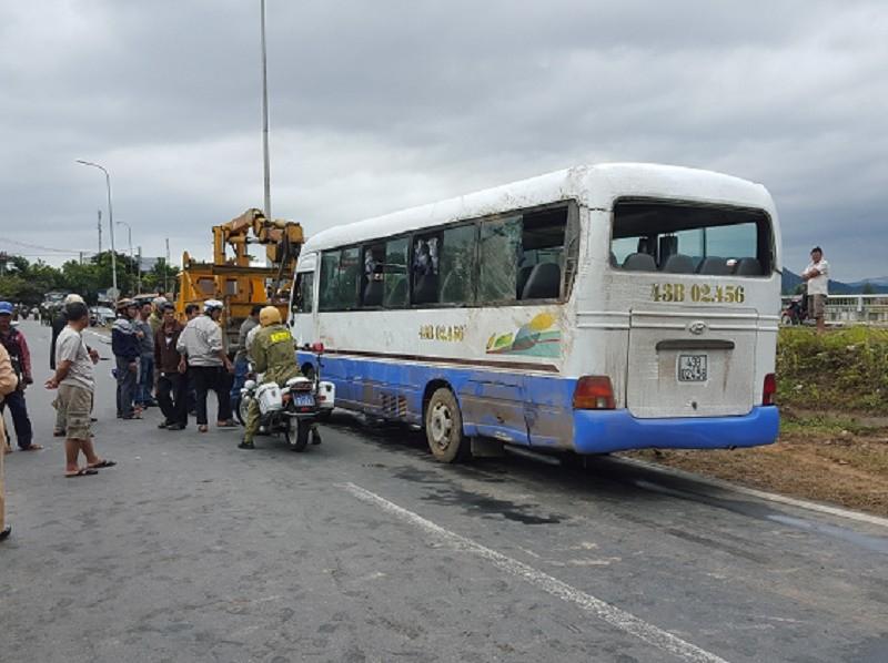 Lật ô tô chở công nhân, 14 người nhập viện - ảnh 1
