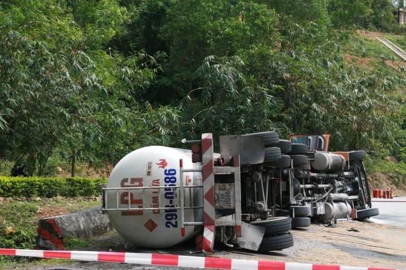 Lật xe bồn chứa gần 17 tấn gas trên đèo Hải Vân - ảnh 2