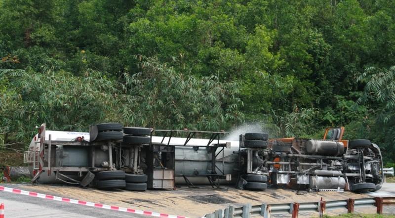 Lật xe bồn chứa gần 17 tấn gas trên đèo Hải Vân - ảnh 1