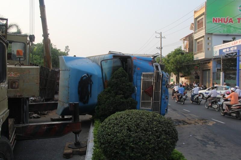 Xe container lật nghiêng, hàng tấn sắt vụn tràn ra đường - ảnh 1