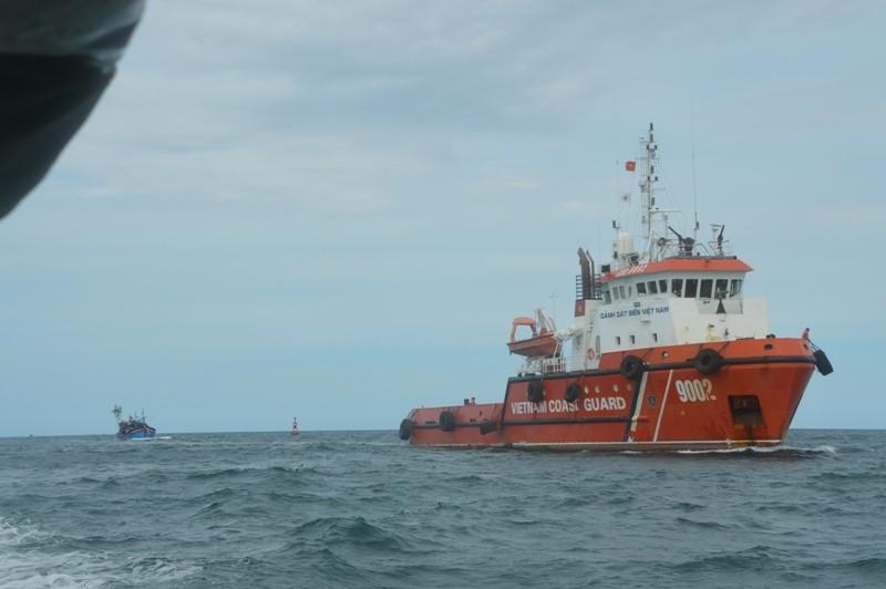 Tàu cảnh sát biển cứu 8 ngư dân gặp nạn ở Hoàng Sa - ảnh 1