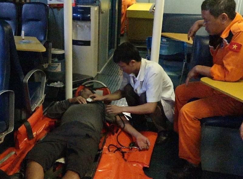 Cứu một ngư dân bị tai nạn nguy kịch ở Hoàng Sa - ảnh 1
