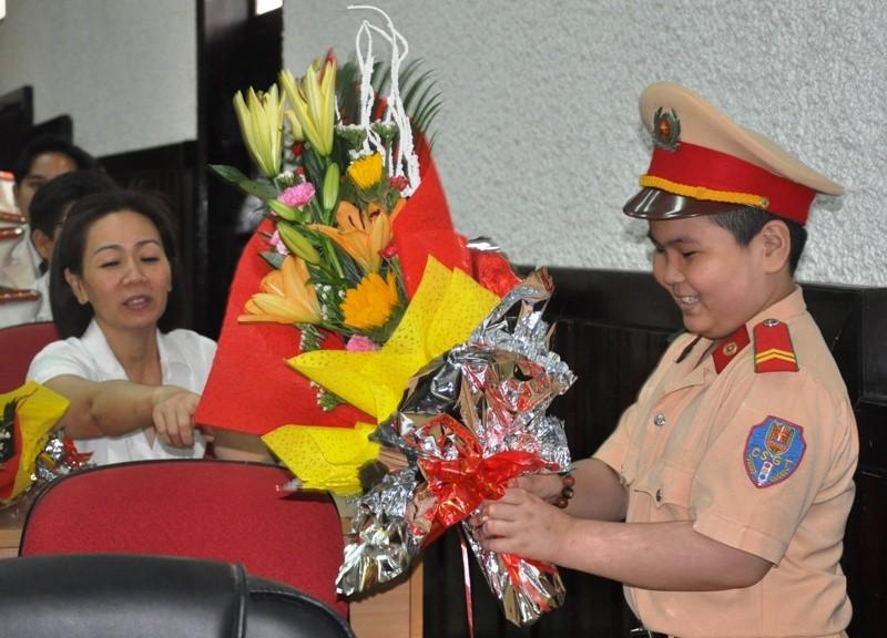 Cậu bé ung thư ở Đà Nẵng lần thứ 2 khoác áo CSGT - ảnh 1