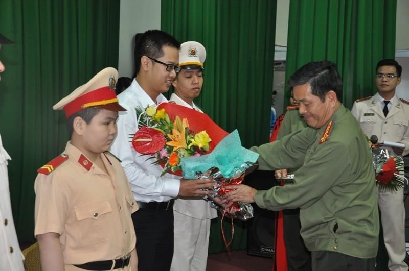 Cậu bé ung thư ở Đà Nẵng lần thứ 2 khoác áo CSGT - ảnh 2