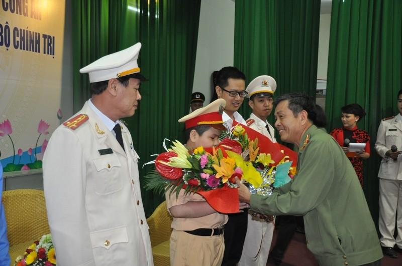 Cậu bé ung thư ở Đà Nẵng lần thứ 2 khoác áo CSGT - ảnh 3