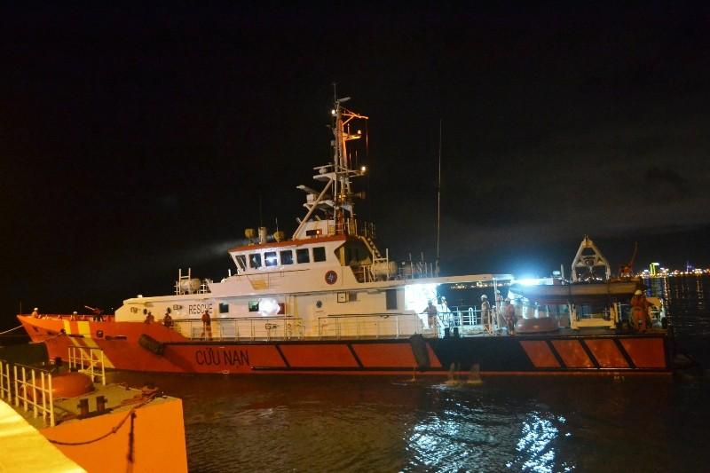 Bác sĩ 115 theo tàu ra Hoàng Sa cứu nạn ngư dân  - ảnh 1