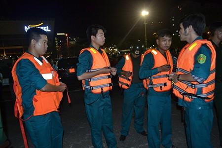 Tàu du lịch chìm trên sông Hàn: Sáng nay, ngư dân sẽ tìm 3 người mất tích - ảnh 16
