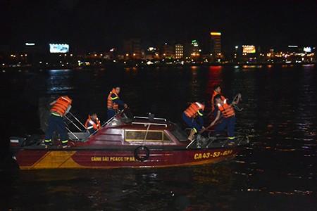 Tàu du lịch chìm trên sông Hàn: Sáng nay, ngư dân sẽ tìm 3 người mất tích - ảnh 27