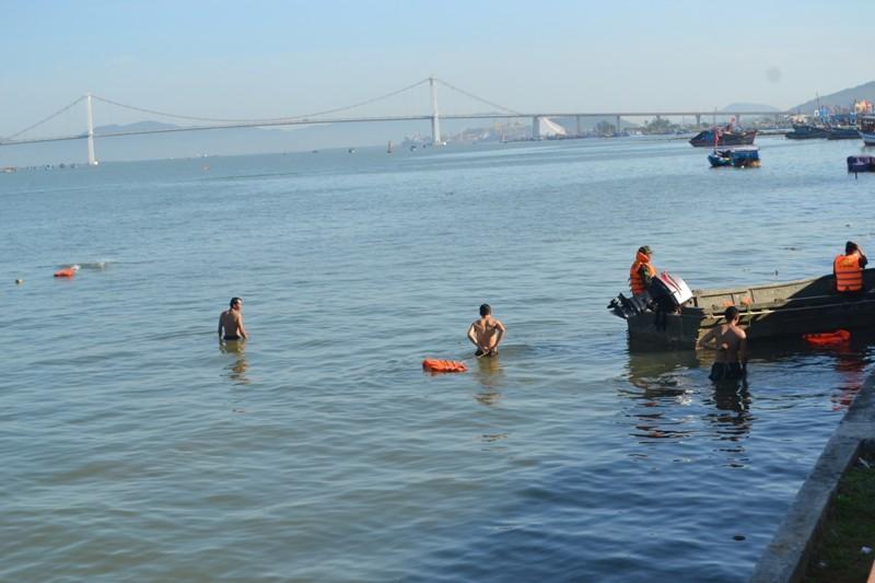 Đặc công nước lặn tìm các nạn nhân vụ chìm tàu trên sông Hàn - ảnh 3