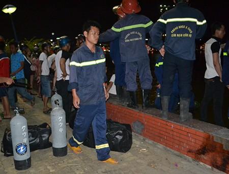 Tàu du lịch chìm trên sông Hàn: Sáng nay, ngư dân sẽ tìm 3 người mất tích - ảnh 8